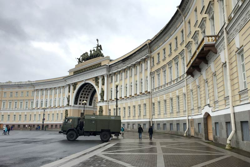 General Staff Building across the Square from the former Winter Palace in Saint Peterburg - now part of the Hermitage.jpg